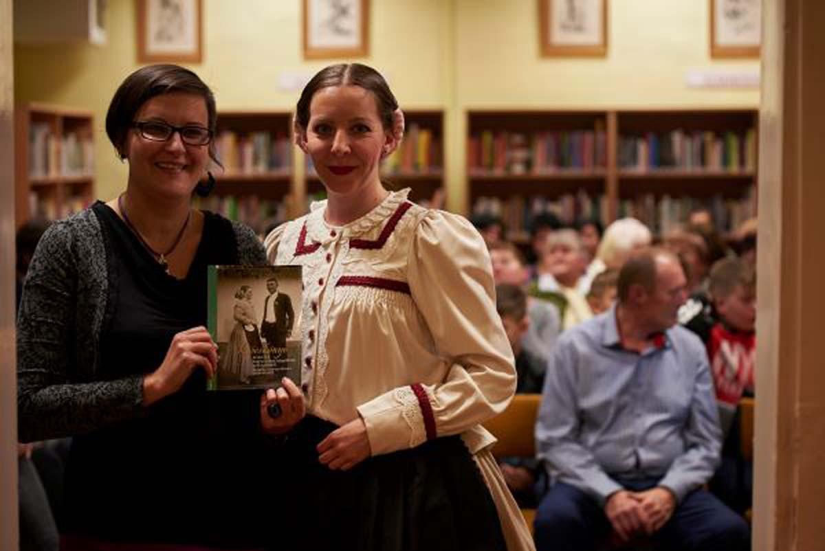 A könyv megálmodója, szerkesztője Maksa Henrietta a Magyar Állami Népi Együttes táncművésze