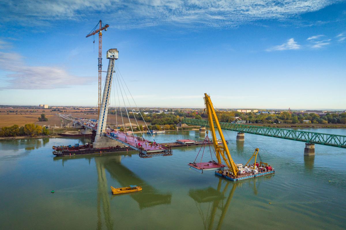 Impozánsan emelkedik a Duna felett a komáromi híd